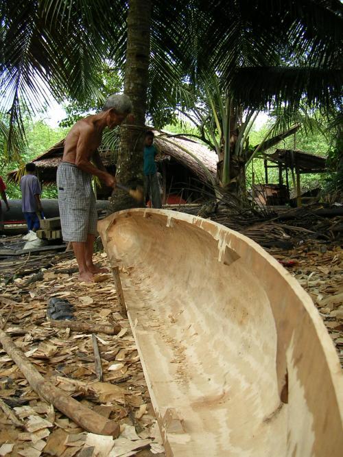 Seorang penduduk Tua Peijat-Sipora, Mentawai sedang membuat kapal tradisional. (dok.sulung prasetyo)