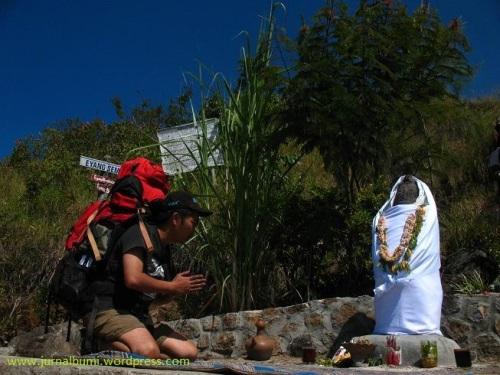 Altar semar terdapat didaerah Pondok Semar, gunung Arjuno.  (dok.sulung prasetyo)