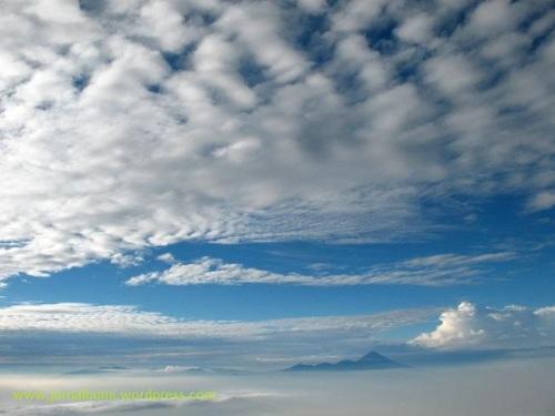 Pemandangan di puncak gunung Arjuno, di kejauhan terlihat puncak gunung Semeru. (dok. sulung prasetyo)
