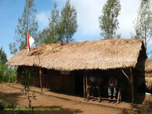 Rumah sementara para pendaki di jalur Purwosari. (dok. sulung prasetyo)