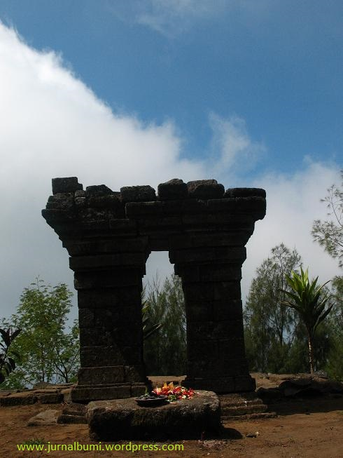 Candi Sepilar yang dianggap sebagai pintu gerbang dunia mistik di gunung Arjuno. (dok. sulung prasetyo)