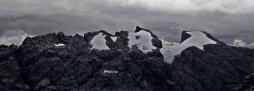 Kawasan salju di gunung Jayawijaya (kanan) dan Soemantri (kiri), Papua bila dilihat dari summit ridge Carstensz Pyramid.